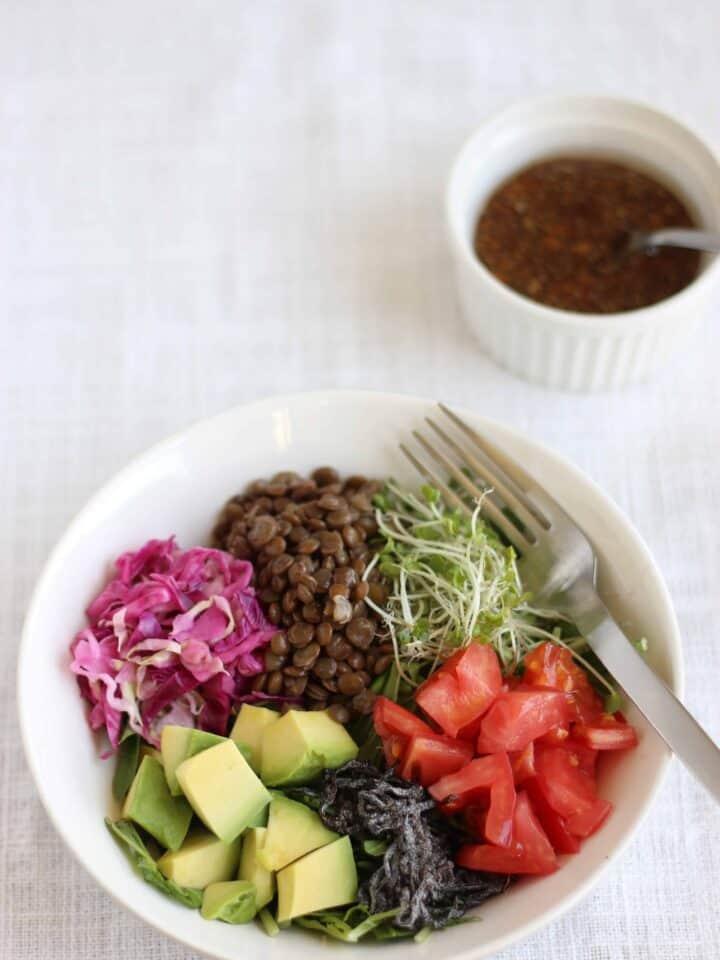 色鮮やか ! 5色の サラダ と 酢生姜ドレッシング 。どんなサラダにも合う酢生姜を使ったドレッシングを紹介します。 | 2児のワーママが運営する料理ブログ。日々役立つシンプルレシピ、簡単に作れるおやつ、ヘルシーで見栄えするお料理などを紹介します。簡単なベジタリアン、ヴィーガンレシピが得意。chefjacooks.com