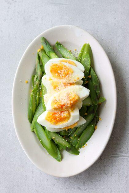 アスパラガス と ゆで卵 の シンプルサラダ 。簡単に作れるアスパラガスとゆで卵のシンプルサラダを紹介します。 | 2児のワーママが運営する料理ブログ。日々役立つシンプルレシピ、簡単に作れるおやつ、ヘルシーで見栄えするお料理などを紹介します。簡単なベジタリアン、ヴィーガンレシピが得意。chefjacooks.com