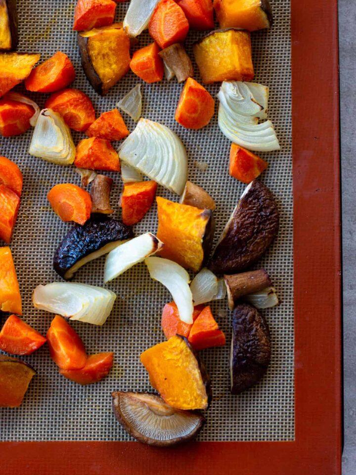 簡単レシピ ! 残り 野菜 で ローストベジタブル 。塩胡椒、オリーブオイルを混ぜて後はオーブンに任せるだけ。忙しいママやパパにオススメ。 | 2児のワーママが運営する料理ブログ。日々役立つシンプルレシピ、簡単に作れるおやつなどを紹介します。簡単なベジタリアン、ヴィーガンレシピが得意。chefjacooks.com