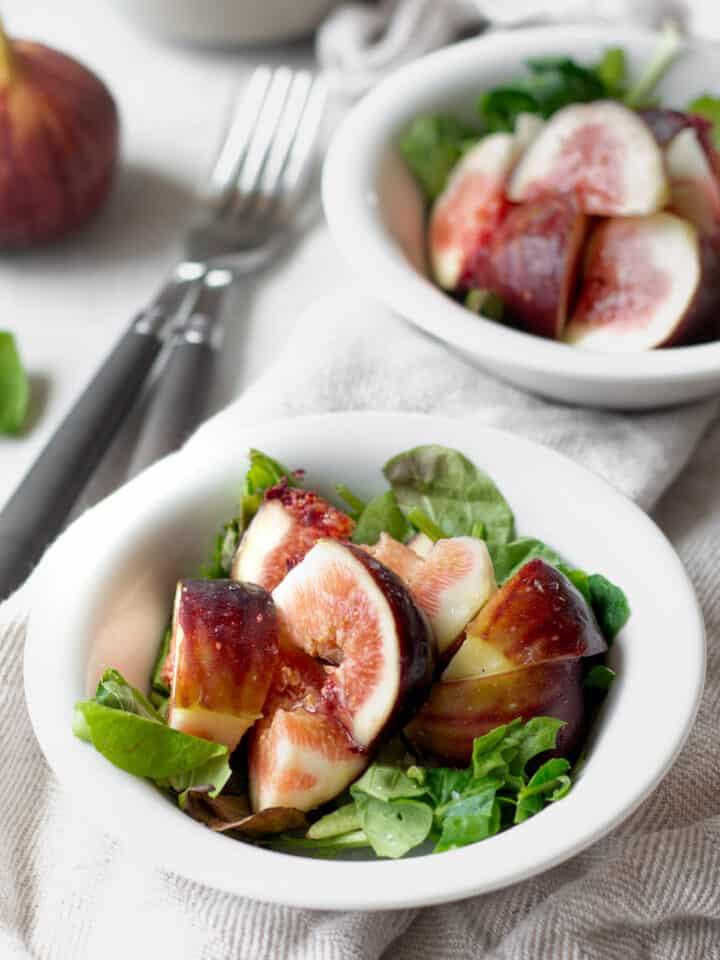 イチジク の サラダ 、材料は3つだけ 簡単レシピ !夏と秋が旬で栄養価が高いイチジク。そのまま食べても美味しいですが、ちょっと手を加えてたシンプルなサラダを紹介します。| 2児のママが運営する料理ブログ。簡単なベジタリアン、ヴィーガンレシピが得意。chefjacooks.com