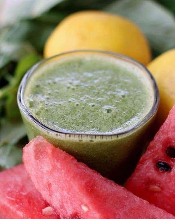 パワーチャージ ! 夏の グリーンスムージー レシピ 。美味しい、ヘルシー、元気になる!もも、スイカ、マンゴー、モロヘイヤなど、夏の素材を使った4つの グリーンスムージー の レシピ を紹介します。| chefjacooks.com