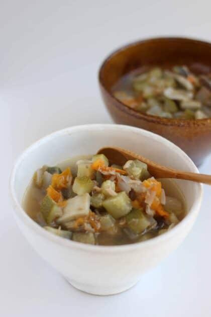 夏野菜 の具だくさん スープ レシピ 。今が旬のトマト、ズッキーニ、ナス。味付けは塩だけですが、新鮮な野菜たちからの旨味たっぷりの、美味しい食べるスープを紹介します。| 2児のママが運営する料理ブログ。簡単なベジタリアン、ヴィーガンレシピが得意。chefjacook.som