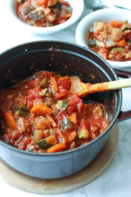 夏野菜 ストウブ 鍋を使えば簡単あっという間に夏の定番 ラタトゥイユ の出来上がり。副菜やパスタのソースにしたり、使いがっての良い一品 | 2児のワーママが運営する料理ブログ。日々役立つシンプルレシピ、簡単に作れるおやつ、ヘルシーで見栄えするお料理などを紹介します。簡単なベジタリアン、ヴィーガンレシピが得意。chefjacooks.com