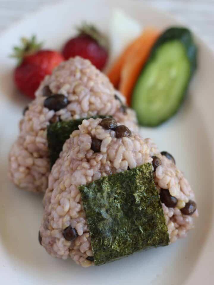 栄養満点! 黒千石大豆 の 玄米 ごはん | Chef JA Cooks シンプルごはん 毎日の玄米ごはんに黒豆を加えて栄養アップ目指しませんか。黒い色には栄養がいっぱい。圧力鍋で作る、簡単もちもち黒千石大豆の玄米ごはんを紹介します| 2児のワーママが運営する料理ブログ。日々役立つシンプルレシピ、簡単に作れるおやつなどを紹介します。簡単なベジタリアン、ヴィーガンレシピが得意。chefjacooks.com