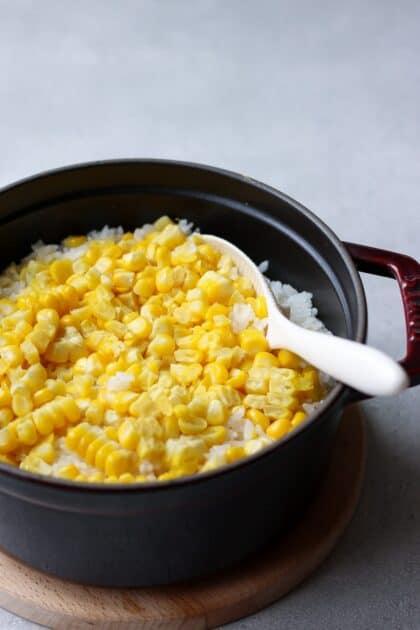 トウモロコシ ごはん レシピ | Chef JA Cooks シンプルごはん 今が旬の トウモロコシ を使った簡単 ごはん の レシピ を紹介します。味付けは塩のみ。 トウモロコシ の甘みが際立つ美味しい ごはん です。おにぎりにするのもオススメ。 | 2児のママが運営する料理ブログ。日々役立つシンプルレシピ、簡単に作れるおやつ、ヘルシーで見栄えするお料理などを紹介します。簡単なベジタリアン、ヴィーガンレシピが得意。chefjacooks.com
