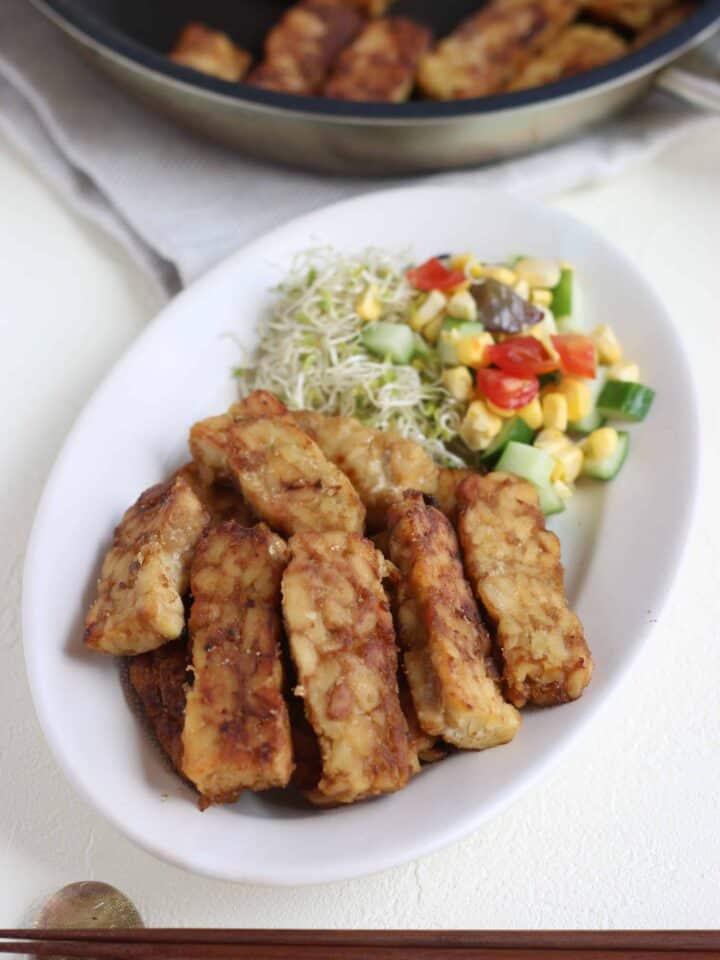 テンペ の 生姜焼き レシピ 。ヘルシー素材の テンペ を使った 生姜焼き の レシピ 。ちょっと濃いめの味付けでごはんがススムおかずです。| 2児のママが運営する料理ブログ。日々役立つシンプルレシピ、簡単に作れるおやつ、ヘルシーで見栄えするお料理などを紹介。簡単なベジタリアン、ヴィーガンレシピが得意。chefjacooks.com