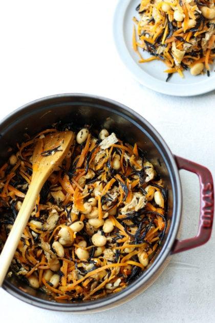 ストウブ鍋で作ったひじきの煮物。材料はにんじん、ひじき、インゲン、油揚げ、大豆。