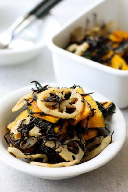 旬の レンコン と かぼちゃ を使った美味しい サラダ の レシピ 。 レンコン と かぼちゃ を薄切りにしてロースト。甘じょっぱく炒めた ひじき を混ぜ合わせていただきます。ボリューム満点 サラダ 。