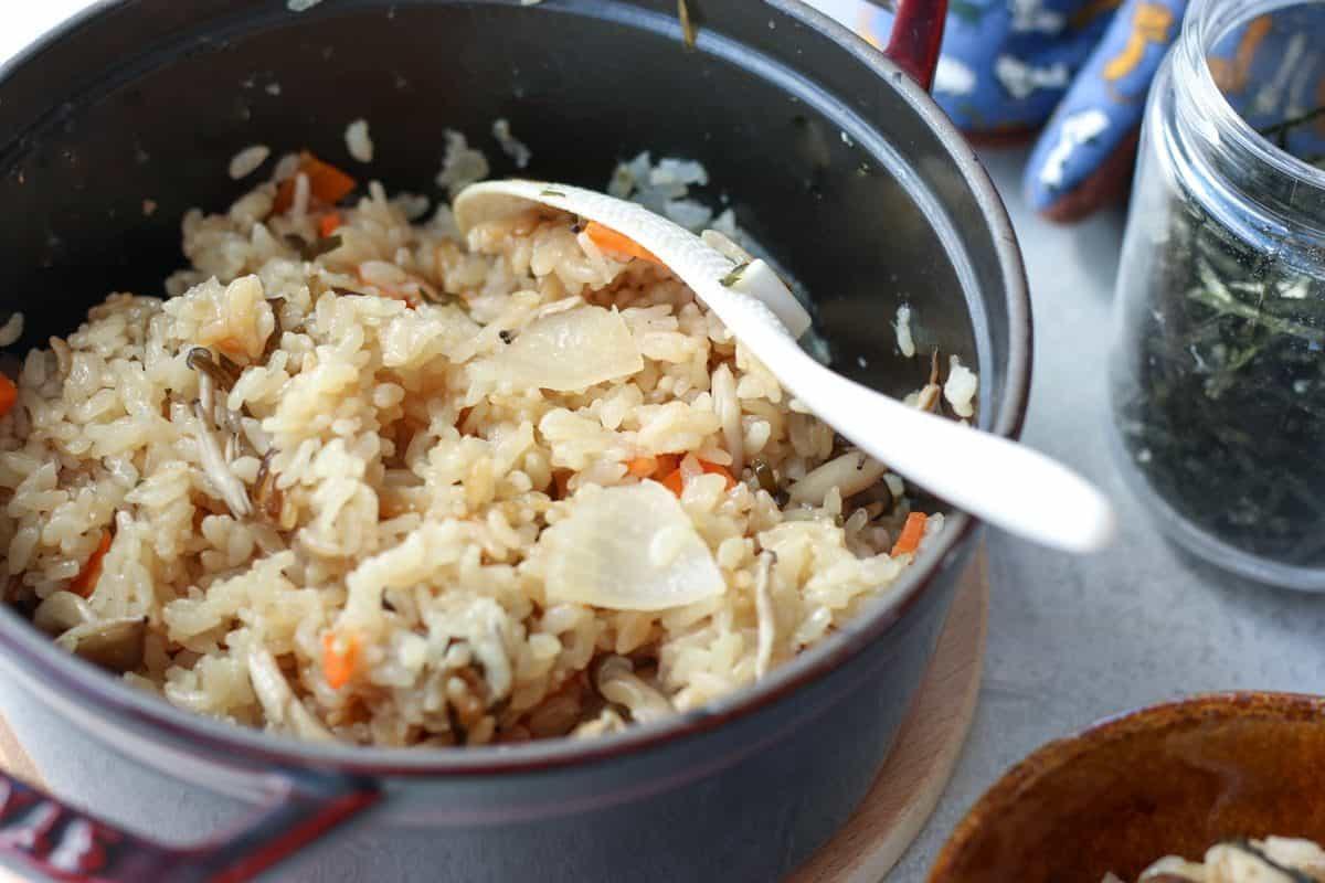ストウブで塩昆布の炊き込みご飯