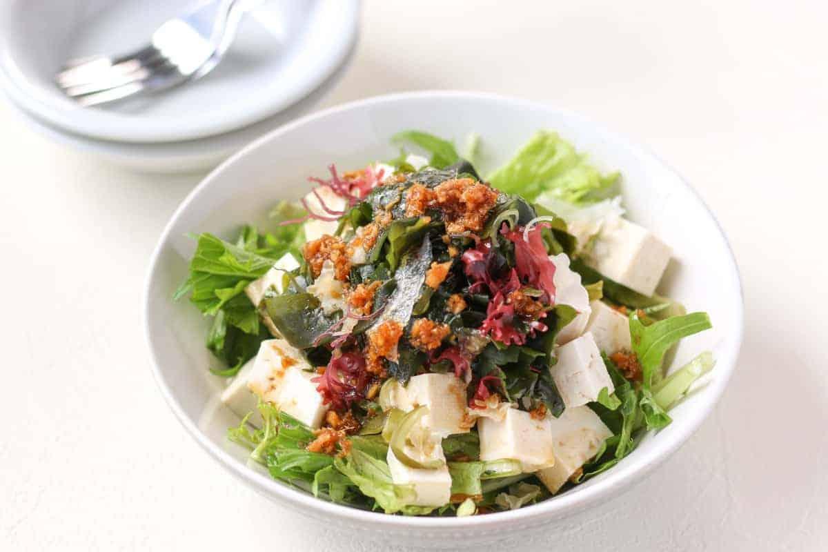 深皿に盛り付けられた豆腐と海藻のサラダ