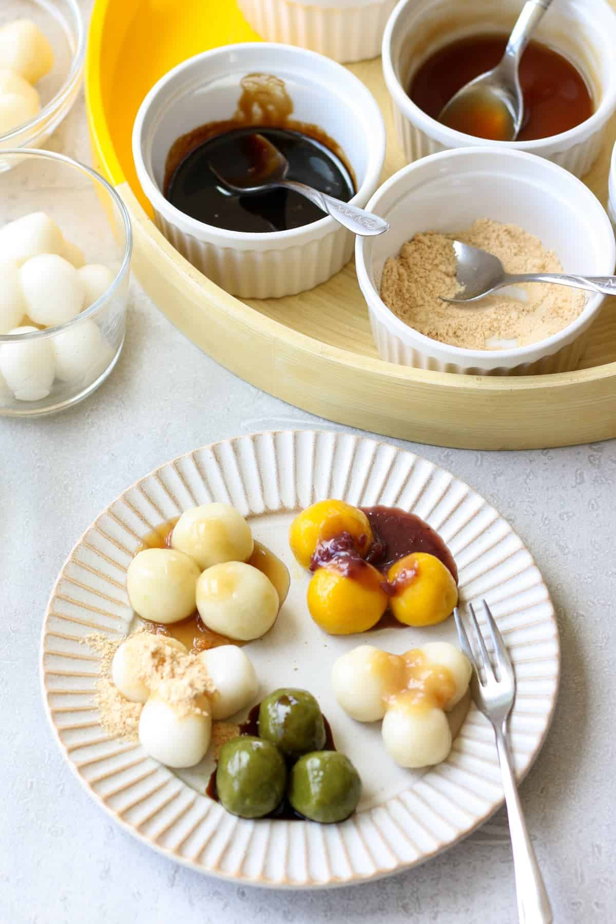 お皿に盛り付けられた5種類の白玉団子とトッピングソース