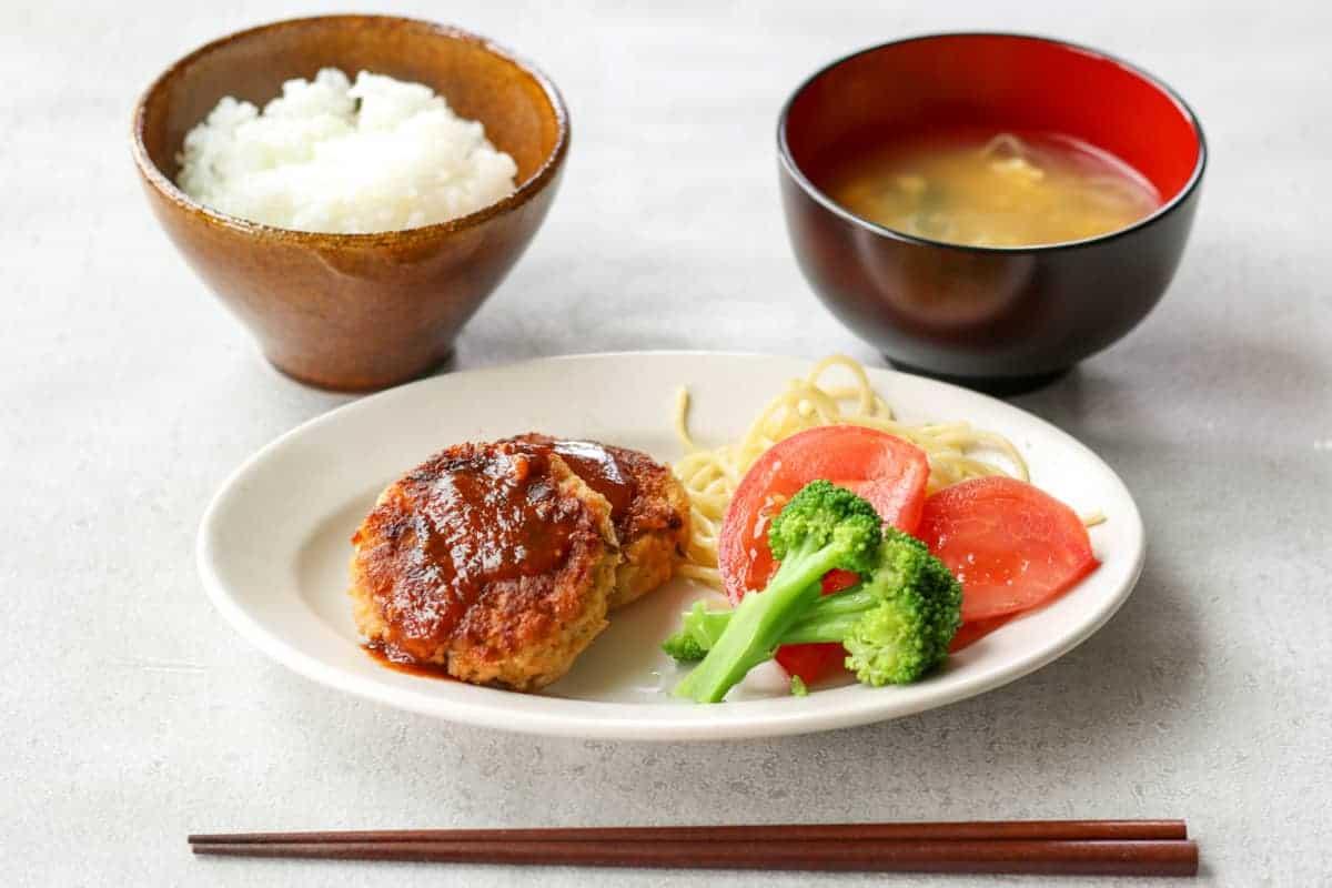大豆ミートハンバーグが主菜のランチセット。ご飯と味噌汁付き。
