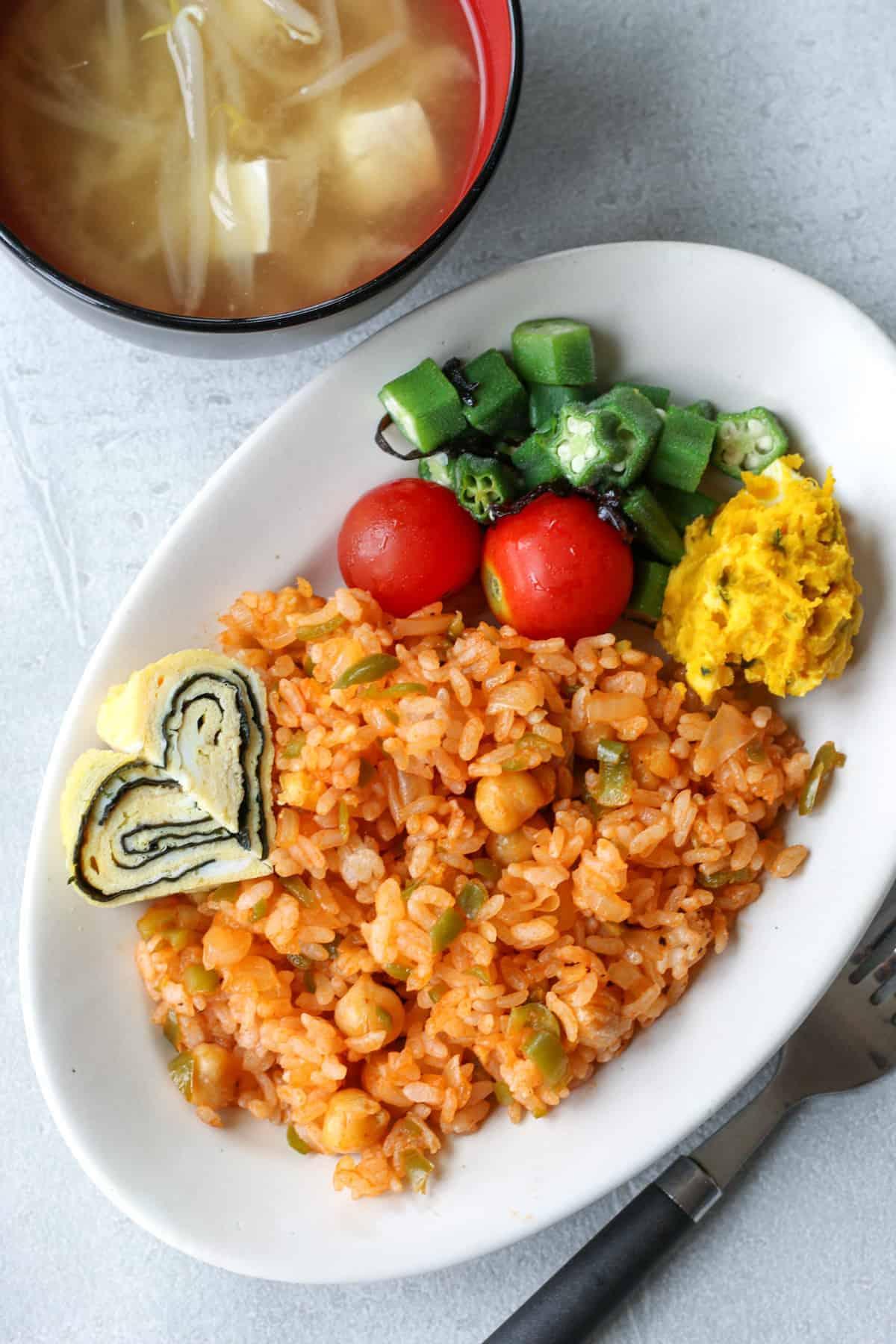 お皿に盛り付けられたケチャップライスとサラダ、味噌汁付き